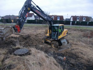 Bagger beim Ausheben der Baugrube